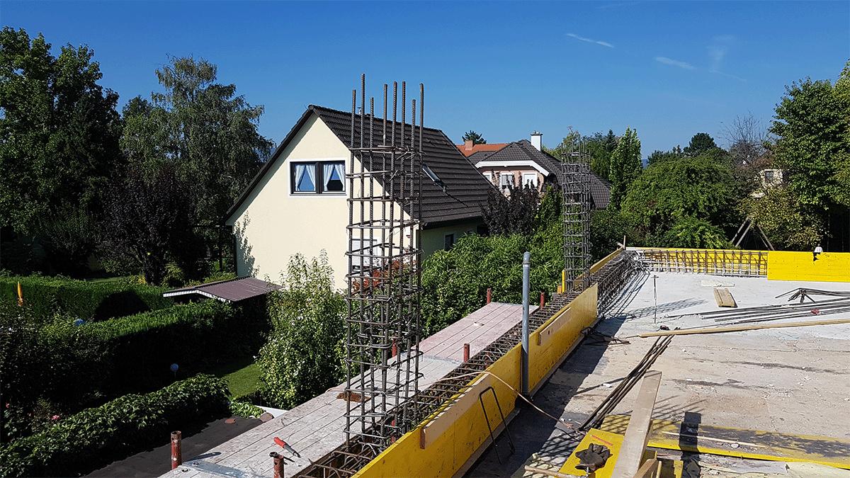 Errichtung der Stahlbetonstützen für den Dachaufbau