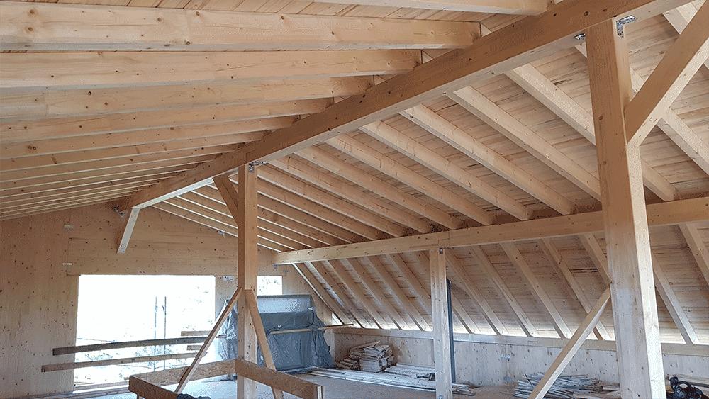 Der Dachstuhl aus Holz von Innen
