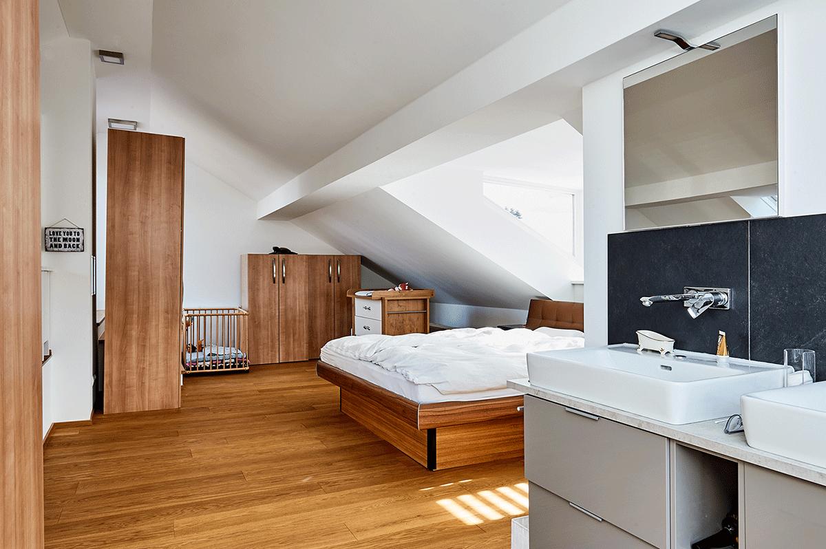 Schlafzimmer mit offenem Badezimmer