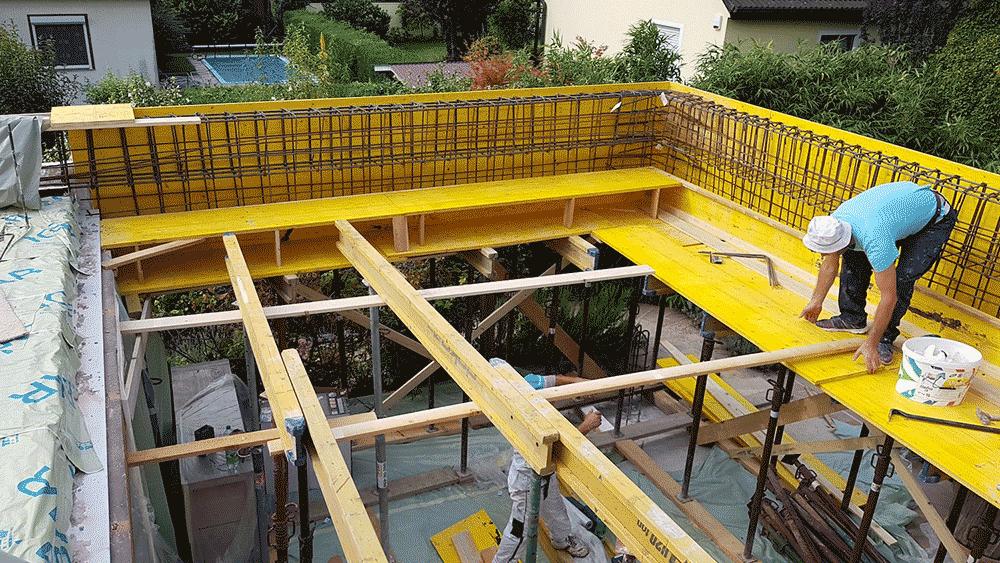 Konstruktion der Zwischendecke, Bauarbeiter bei der Arbeit