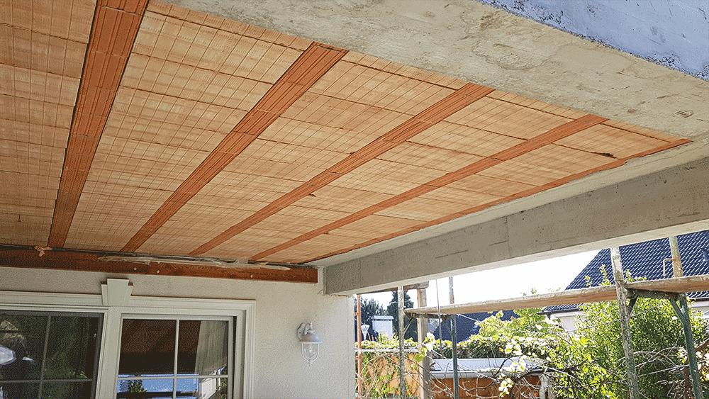 Ansicht des neuen Terrassendachs aus Ziegeln von unten
