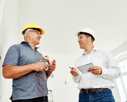 Baumeister und Polier besprechen die aktuelle Baustelle