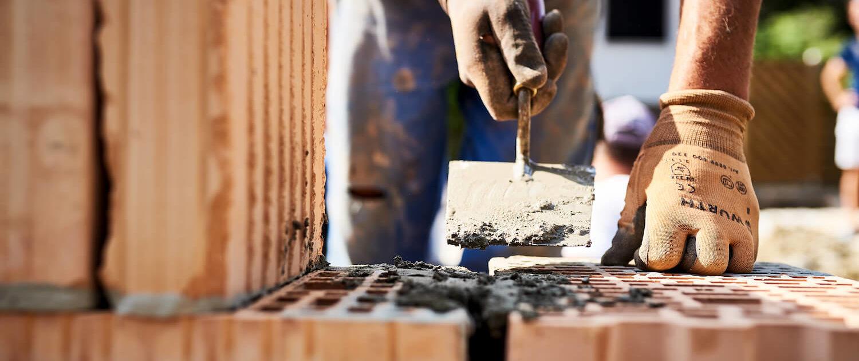 Errichtung der Hausmauer bei unserem Neubauprojekt in Mödling