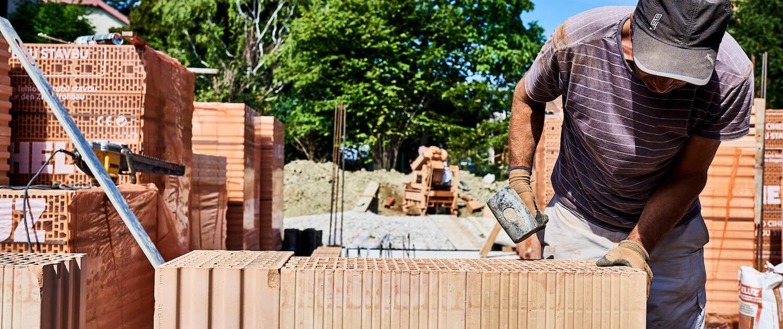 Ein Mitarbeiter bei der Errichtung der Mauer