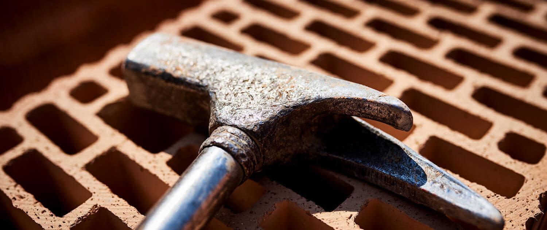 Ziegel und Hammer für den Hausbau