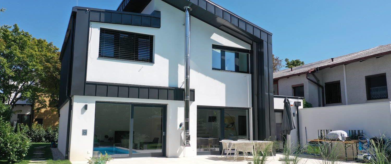 Blick auf den Haus Neubau in Mödling mit Pool im Vordergrund