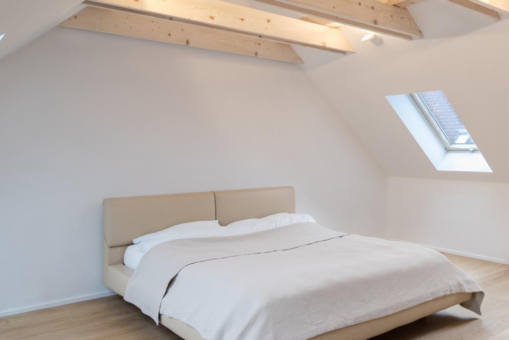 Modernes Schlafzimmer mit Deckenbalken